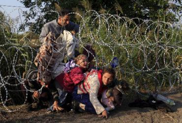 FOTO3-Migranti-siriani-al-confine-tra-Ungheria-e-Serbia-Bernadett-Szabo -ReutersContrasto 520x356
